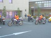 バイク隊による物資輸送